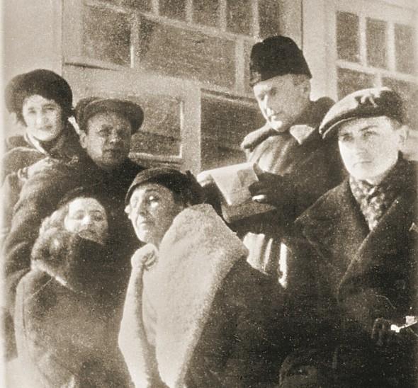 Марина Цветаева (в центре), Георгий Эфрон (справа), В.Перцов, К. Зелинский и их жены. Голицыно. 1940 год
