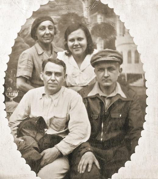 Одно из последних фото М.И. Цветаева с А.Е. Крученых, Л.Б. Либединской и сыном Георгием. Кусково, 1941 год
