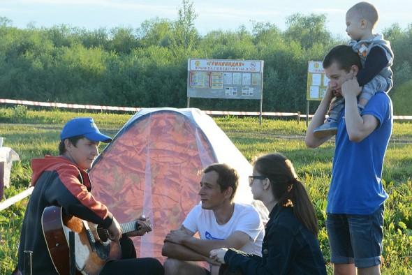 А кто-то, избегая шумной толпы, собирается у своей палатки и поет песни под гитары