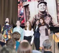 Песни бардов запевает молодёжь