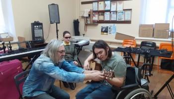 Музыка по Брайлю: как известный бард из Казани учит незрячих детей играть на гитаре