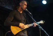 Парень с гитарой в «Сталинском костюме»: поэтическая премия вызвала скандал